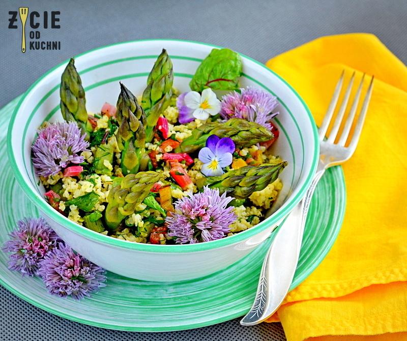 salatka ze szparagami, jadalne kwiaty, kwiaty szczypiorku, bocwina, salatka z bocwina, czerwiec, sezonowa kuchnia, przepisy sezonowe czerwiec, truskawki, szparagi,bob, wiosenne przepisy, zycie od kuchni, hulali po polu i pili kakao