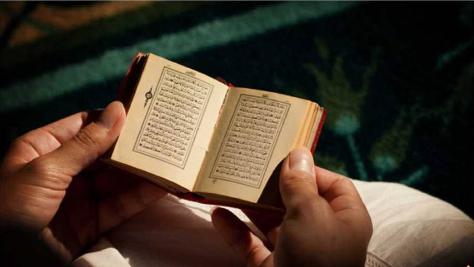 Manfaat Membiasakan Membaca Surat Al-Mulk Sebelum Tidur