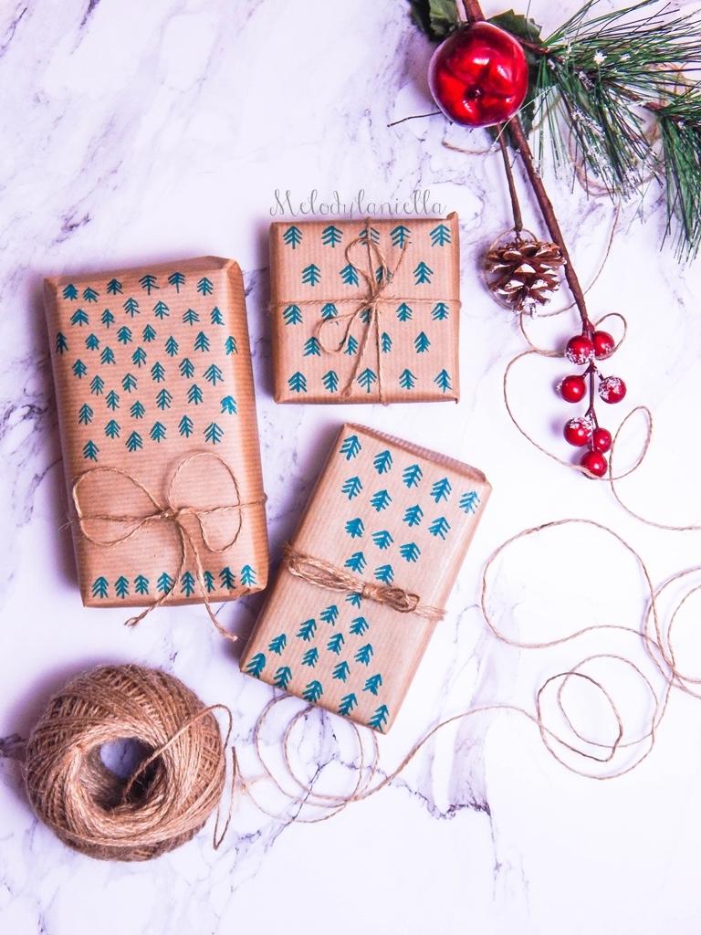 6 jak zapakować prezenty świąteczne w papier pakowy pomysły na pakowanie prezentów jak zapakować pudełko w papier jak ozdobić papier pakowy przy pakowaniu prezentów wstążki bombki złoto gałązki pakowy papier