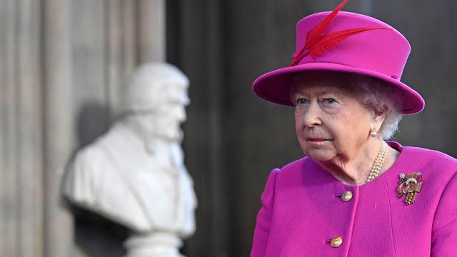 La reina Isabel II conduce sin cinturón de seguridad un día después del accidente de su marido