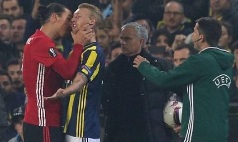 Tình huống đáng xấu hổ này xảy ra ngay trước mặt huấn luyện viên của anh ta là ông Mourinho.
