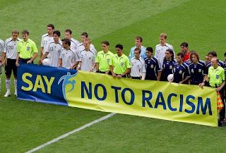 beşiktaş taraftarı, ırkçılığa hayır, ırkçılık, işitme engelliler, kara kartal, sessiz çığlık, sessiz tezahürat, tarihe geçtiler, sporda ırkçılık olayları, sporda ırkçılık, sporda ırkçılık tarihi