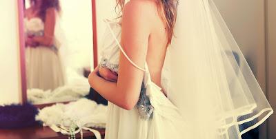 Probándose el vestido de novia