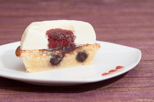 Tartelletta di crema frangipane ed amarene con bavarese all'Amaretto
