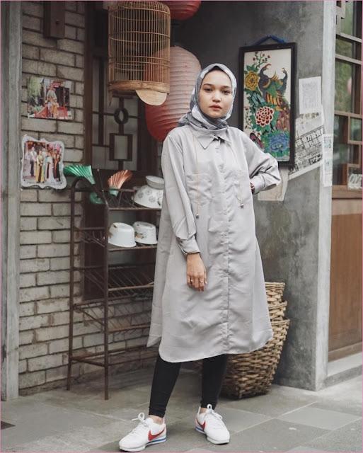 Outfit Baju Tunic Untuk Hijabers Ala Selebgram 2018 baju tunic abu legging hitam kets sneakers putih merah nike kerudung segiempat hijab square abu tua ootd kekinian trendy jam tangan ciput rajut kandang burung lampion