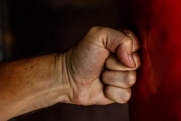 Σοκάρει η μαρτυρία της δασκάλας που έπεσε θύμα ξυλοδαρμού: «Πήδηξε τα κάγκελα και άρχισε να με κυνηγά»