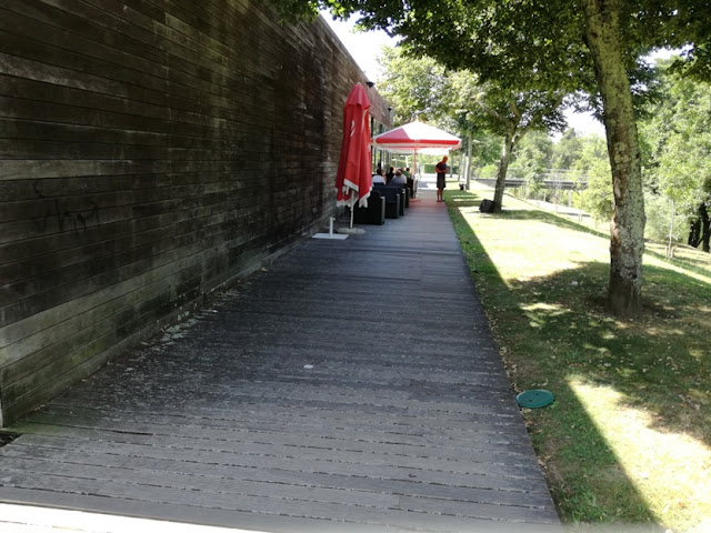 Passadiço ao lado do RIVA CAFÉ