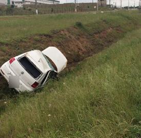Motorista perde controle do carro e capota veículo