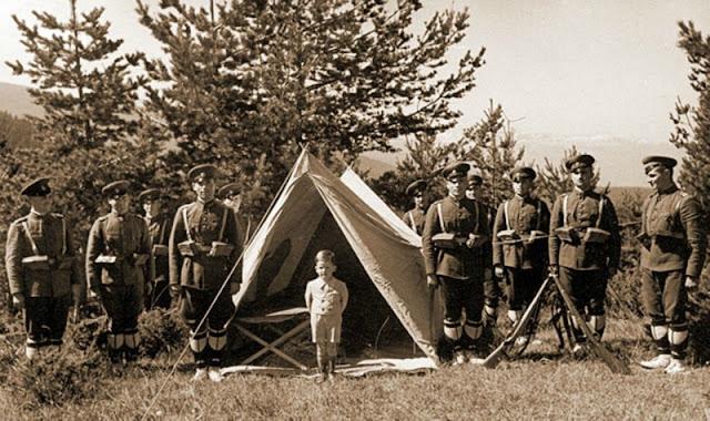 Simeón de Bulgaria en un campamento militar, 1943