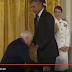 """شاهد بالفيديو .. محاولة لخلع """"بنطلون"""" أوباما فى أحد الاحتفالات"""