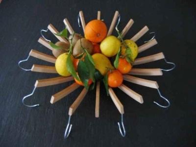 Hanger baju yang terbuat dari kayu dirangkai menjadi mangkok buah