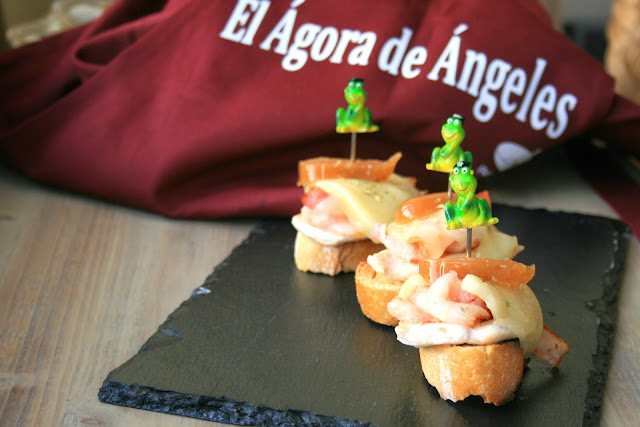 tosta de pollo y bacon ,queso y membrillo