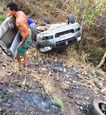 Condutor dorme ao volante e capota carro na BR-222, entre Vargem Grande e Itapecuru-Mirim