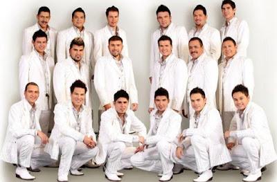 Foto de la banda El Recodo posando de blanco