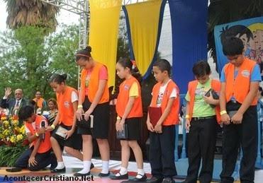 Niños hondureños oran por la paz