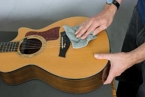 Hướng dẫn cách làm sạch bụi bẩn trên đàn guitar