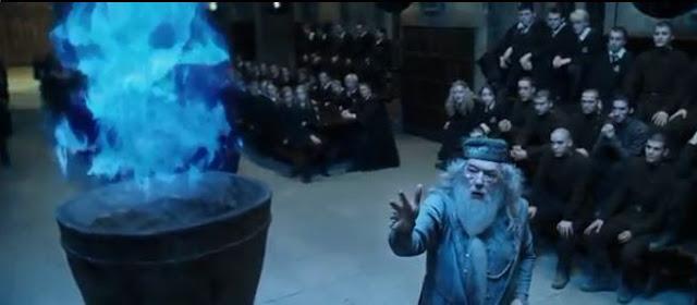thầy  Dumblerdore  đọc tên những người sẽ tham gia cuộc thi tam phép thuật
