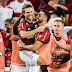 Diego marca, Flamengo vence o Vitória no Maracanã e cola nos líderes do Brasileirão