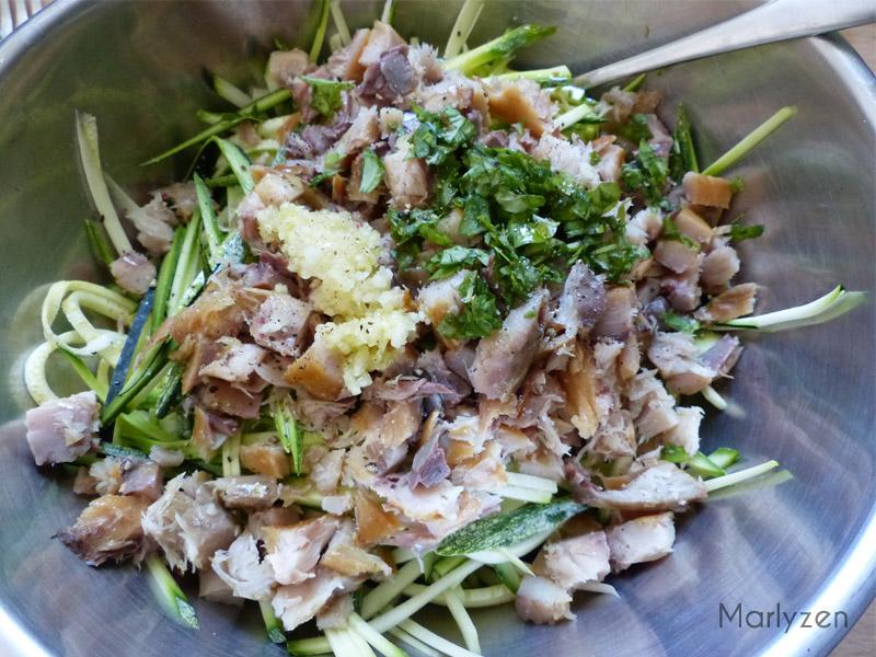 Mélangez les courgettes avec le maquereau, l'ail pressé et le basilic ciselé.