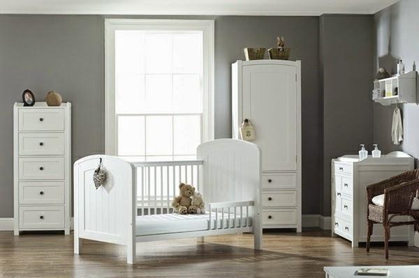 Cuarto de bebé donde las paredes blancas aportan el toque elegante y