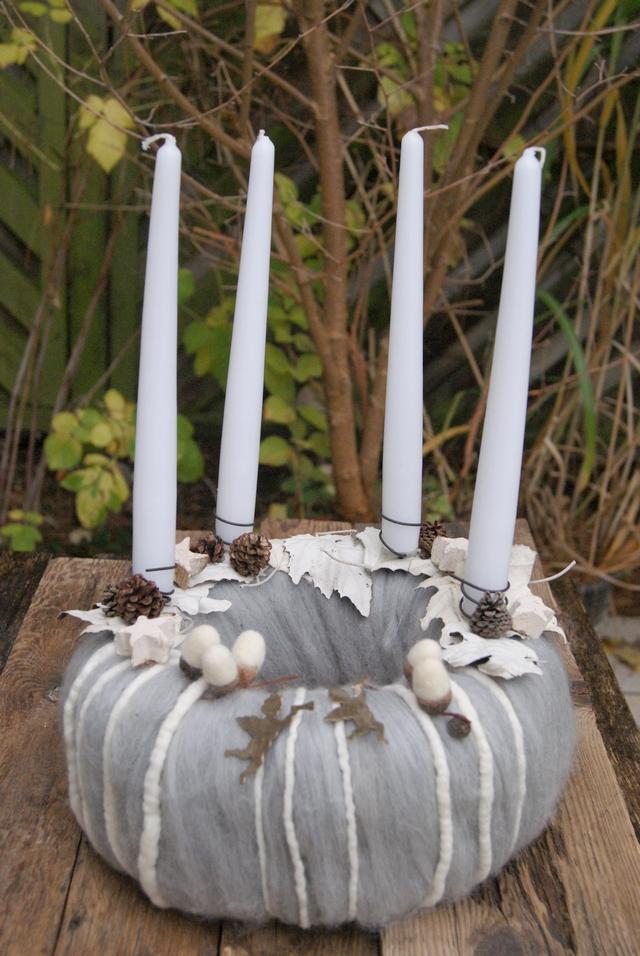 Moderner Adventskranz aus Wolle in Weiß