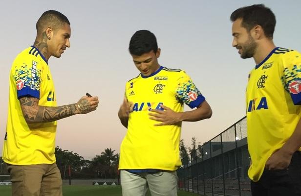André Vinícius (ao centro) foi o torcedor que criou o layout desta nova  camisa 1df34e7855354
