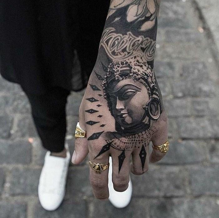 Tatuagem masculina na mão