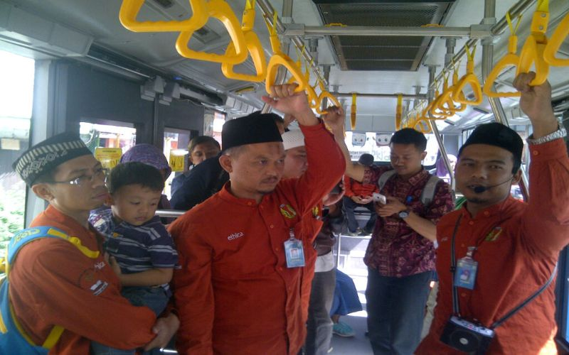 Keren,Pemuda S2 Ini Pilih Kuliah Sambil Dakwah di dalam Bus Kota