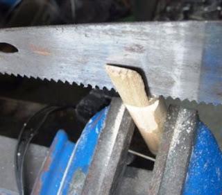 kayu digergaji tengah