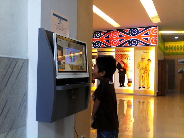 komputer pintar di dalam museum. pengunjung bisa mengakses informasi dan mencari tau koleksi museum mulai dari benda-benda purbakala, peralatan perang, perkakas pertukangan, kain tradisional, rumah, hewan-hewan dan lagi informasi bermanfaat