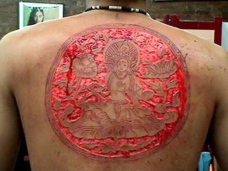 El trabajo es muy parecido al de los tatuajes de costumbre, excepto