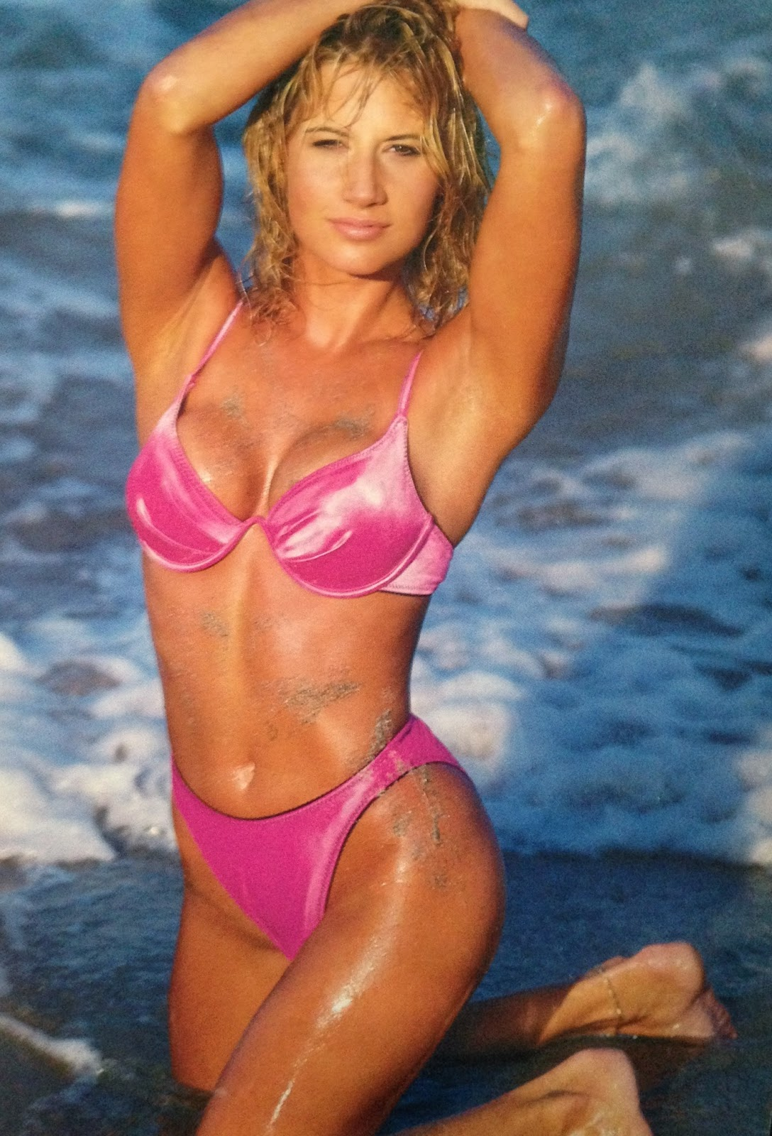 WWE: WWF RAW MAGAZINE - January 1998 - Sunny in a pink swimsuit