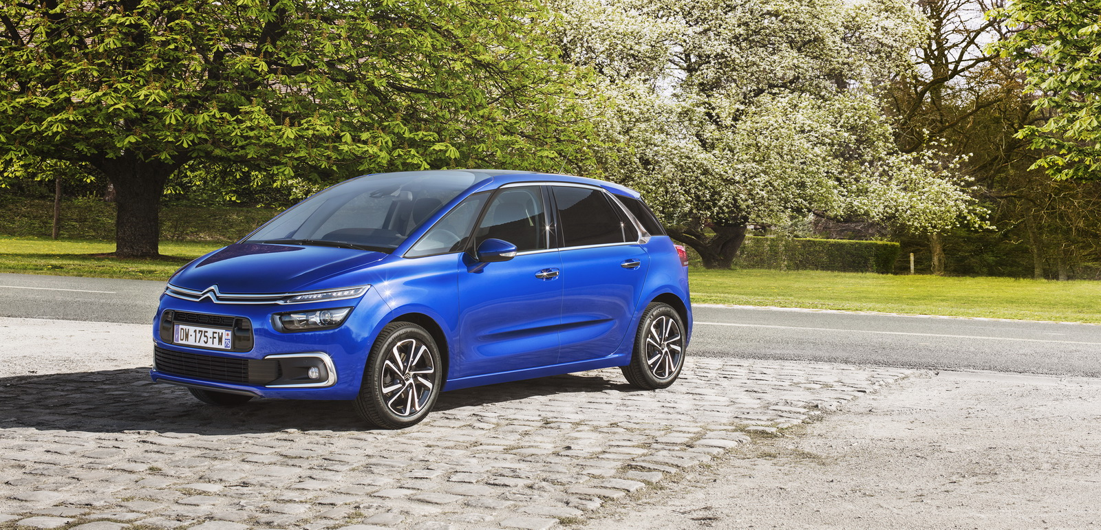 citroen updates c4 picasso grand picasso adds new petrol engines more tech 39 pics. Black Bedroom Furniture Sets. Home Design Ideas