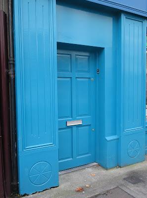 vaaleansininen ovi