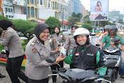 Humanis, Polwan Polresta Bandar Lampung Bagi-bagi Takjil Pada Pengendara