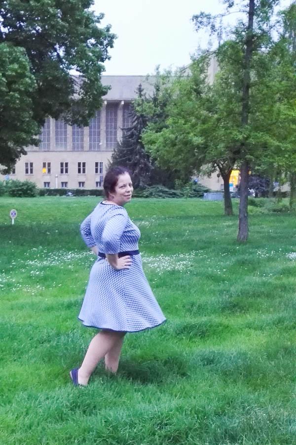 Nadis Nadeln: Ella mit amerikanischem Ausschnitt