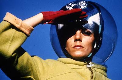Seragam Unik Pramugari Braniff Airways Dengan Helm Astronot