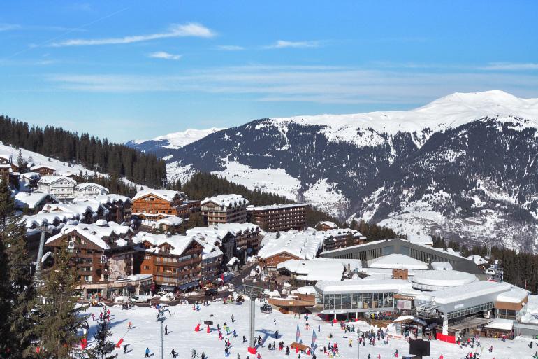 Panorama sur la station et le domaine skiable de Courchevel, en hiver