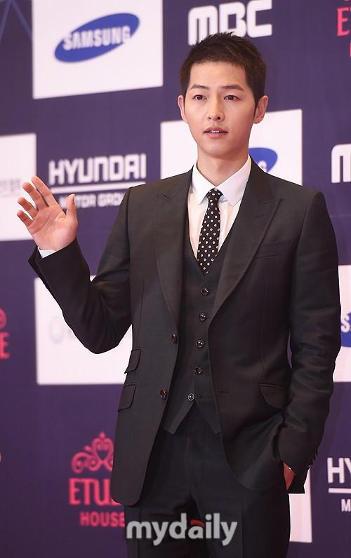 Han Hyo Joo bị 'ném đá' vì giải thưởng, Song-Song couple đạt giải cặp đôi tại lễ trao giải APAN
