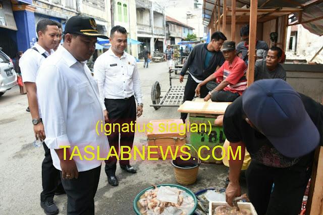 Walikota Tanjungbalai HM Syahrial, SH, MH saat meninjau Pasar Ikan di Jalan Veteran, Kota Tanjungbalai,  Rabu (8/8)
