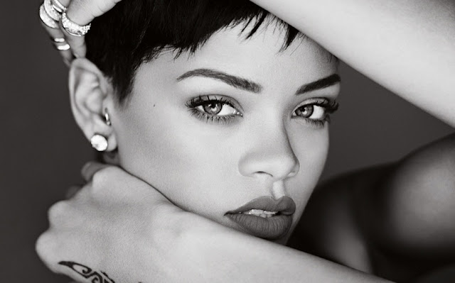 Rihanna lanza un programa de becas para estudiantes de bajos recursos.