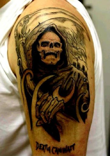 Uma assustadora Grim Reaper tatuagem. Esta concepção é verdadeiramente o coração batendo forte e pode enviar os arrepios até o osso. O reaper é visto estar segurando a foice e escarnecedora mais de você.