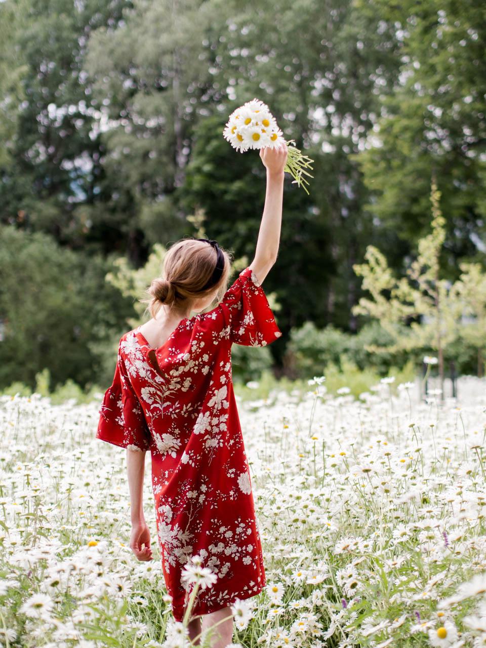 summer-fashion-red-floral-dress-daisy-meadow-kesämuoti-kesämekko-kukkamekko-päivänkakkaraniitty