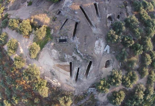 Βρήκαν αρχαίο ασύλητο τεράστιο τάφο  στα Αηδόνια Νεμέας - Στο φως αρχαιολογικοί θησαυροί