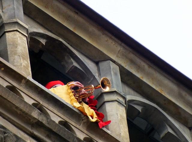trompetista durante la función del reloj de Praga