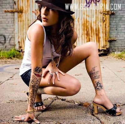 Chica latina con sombrero, esta en cluquillas y vemos tatuaje en el tobillo de una mujer