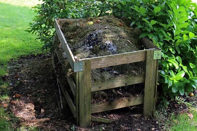 compostero en el jardín