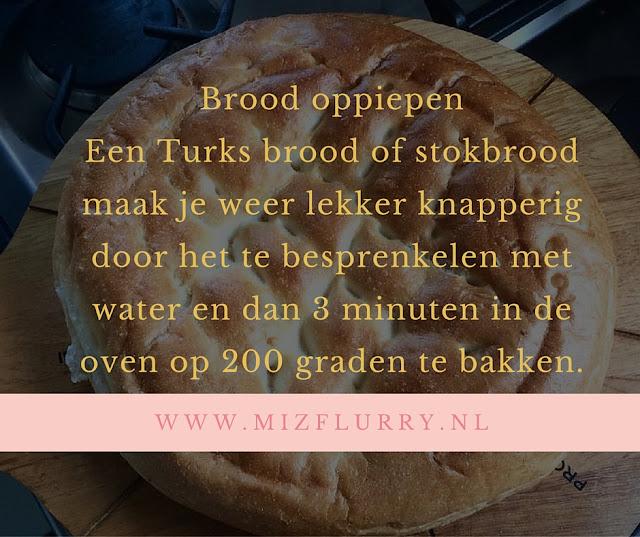 Een Turks brood of stokbrood maak je weer lekker knapperig door het te besprenkelen met water en dan 3 minuten in de oven op 200 graden te bakken.