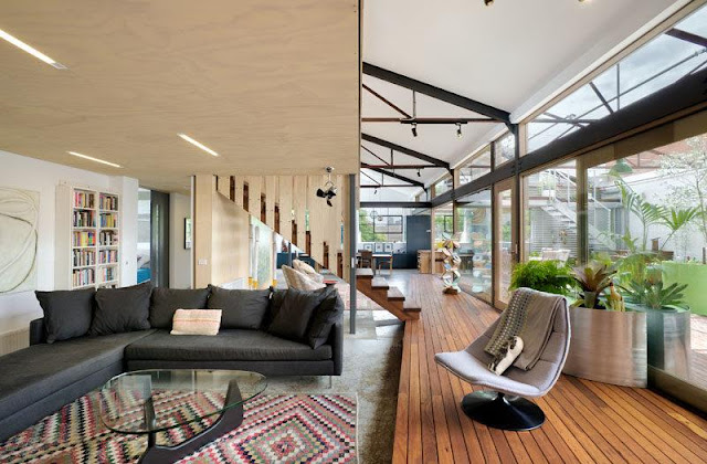 in-diesem-modernen-umgebauten-lager-ist-das-wohnzimmer-aus-dem-holzdeck-gestiegen-einfache-beleuchtung-wurde-in-die-holzdecke-eingebettet