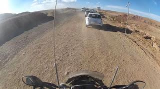 Faltando asfalto em alguns pontos da estrada.